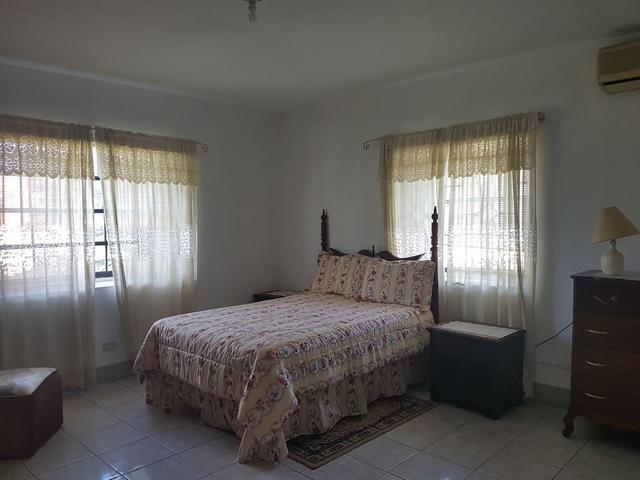 http://images.realtyserver.com/photo_server.php?btnSubmit=GetPhoto&board=jamaica&name=00006639.L05