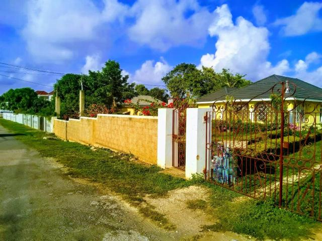 http://images.realtyserver.com/photo_server.php?btnSubmit=GetPhoto&board=jamaica&name=000096E3.L10