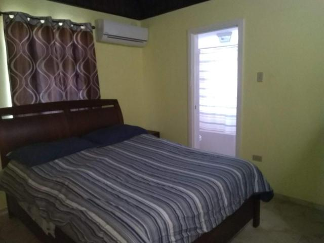 http://images.realtyserver.com/photo_server.php?btnSubmit=GetPhoto&board=jamaica&name=000096E3.L20