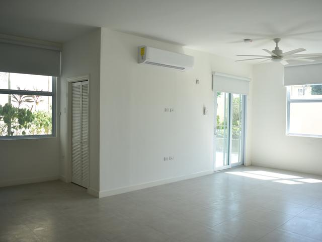http://images.realtyserver.com/photo_server.php?btnSubmit=GetPhoto&board=jamaica&name=00009926.L46