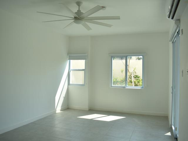 http://images.realtyserver.com/photo_server.php?btnSubmit=GetPhoto&board=jamaica&name=00009926.L50