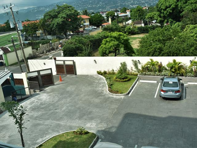 http://images.realtyserver.com/photo_server.php?btnSubmit=GetPhoto&board=jamaica&name=00009926.L73