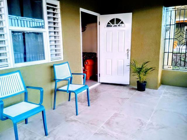 http://images.realtyserver.com/photo_server.php?btnSubmit=GetPhoto&board=jamaica&name=00009D6D.L02