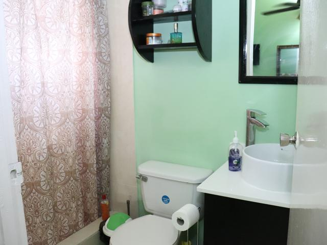 http://images.realtyserver.com/photo_server.php?btnSubmit=GetPhoto&board=jamaica&name=0000A04A.L16