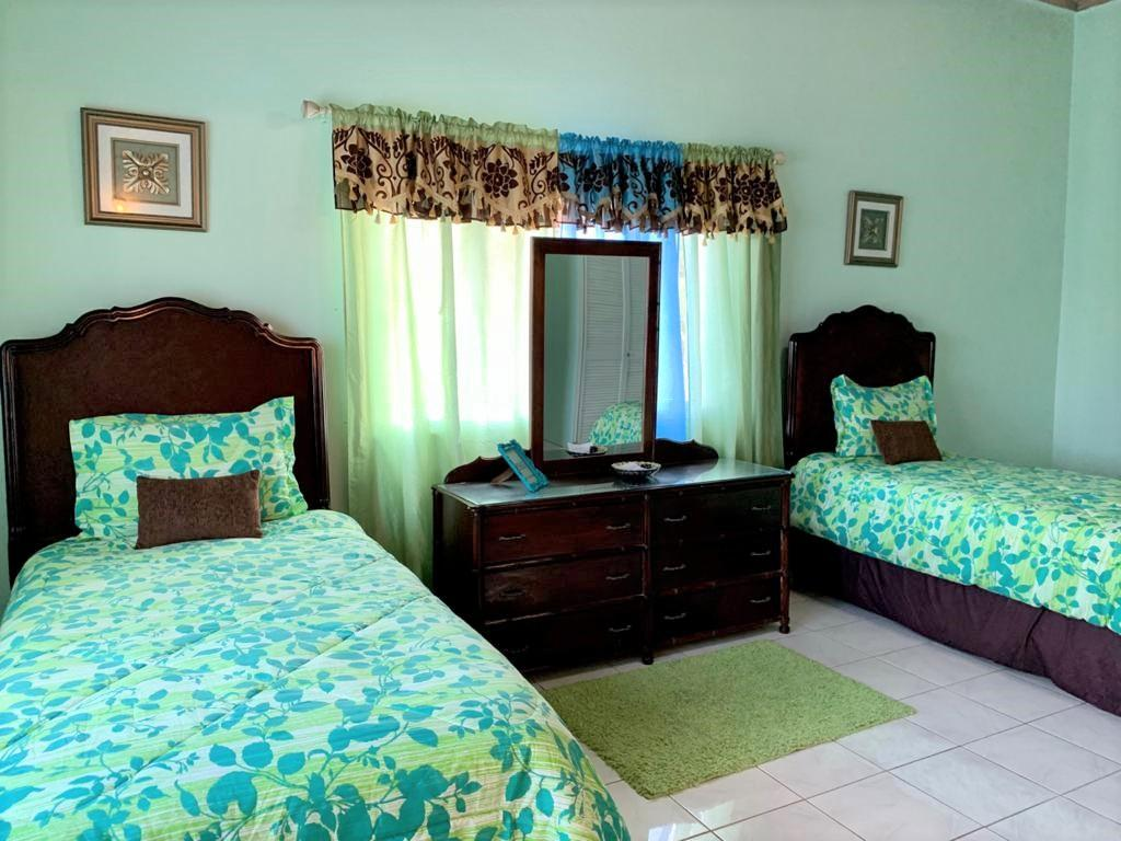 http://images.realtyserver.com/photo_server.php?btnSubmit=GetPhoto&board=jamaica&name=0000A50B.L18