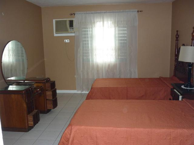 http://images.realtyserver.com/photo_server.php?btnSubmit=GetPhoto&board=jamaica&name=0000A6FD.L08