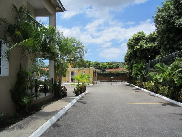 http://images.realtyserver.com/photo_server.php?btnSubmit=GetPhoto&board=jamaica&name=0000A93D.L22