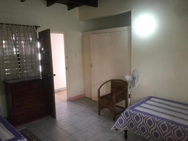 http://images.realtyserver.com/photo_server.php?btnSubmit=GetPhoto&board=jamaica&name=0000AA51.L09