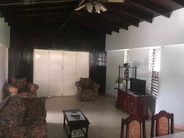 http://images.realtyserver.com/photo_server.php?btnSubmit=GetPhoto&board=jamaica&name=0000AA51.L15