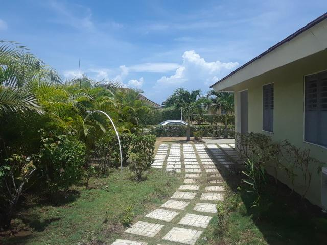 http://images.realtyserver.com/photo_server.php?btnSubmit=GetPhoto&board=jamaica&name=0000ABBF.L18